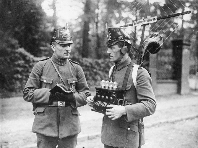 Немецкие полицейские используют радиотехнику. 1925 год