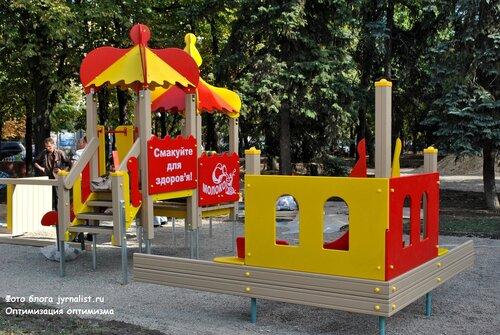 в луганске строят детскую площадку