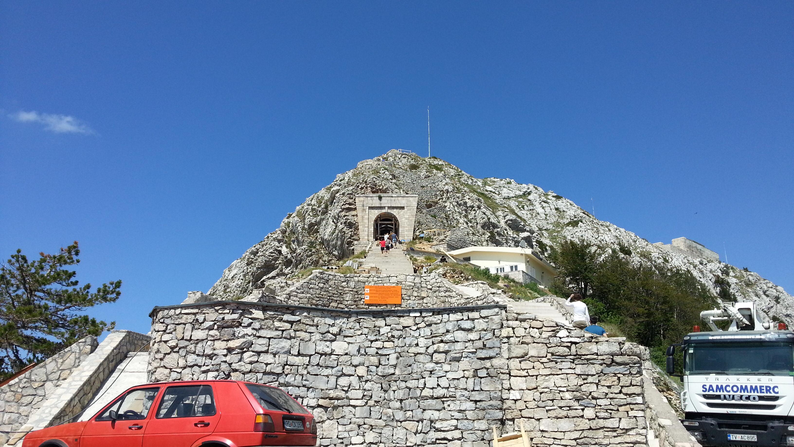 Строительство цивильного прохода к усыпальнице. В правом углу сам мавзолей.
