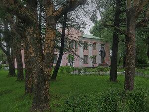 Город КемьЗа площадью на проспекте находится здание Центральной районной библиотеки и сохранившийся памятник В.И. Ленину перед нею. А следующее здание рядом (за кадром) – городская администрация, мэрия.