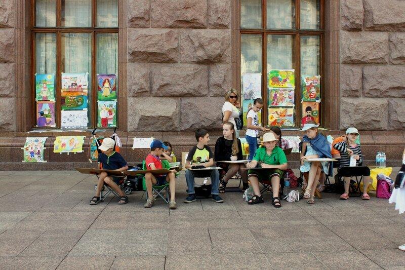 Дети рисуют под киевской мэрией