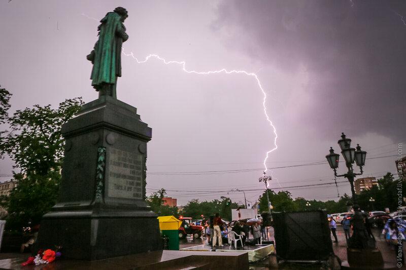 День славянской письменности и культуры на Пушкинской площади в Москве. Молния и памятник Пушкину.