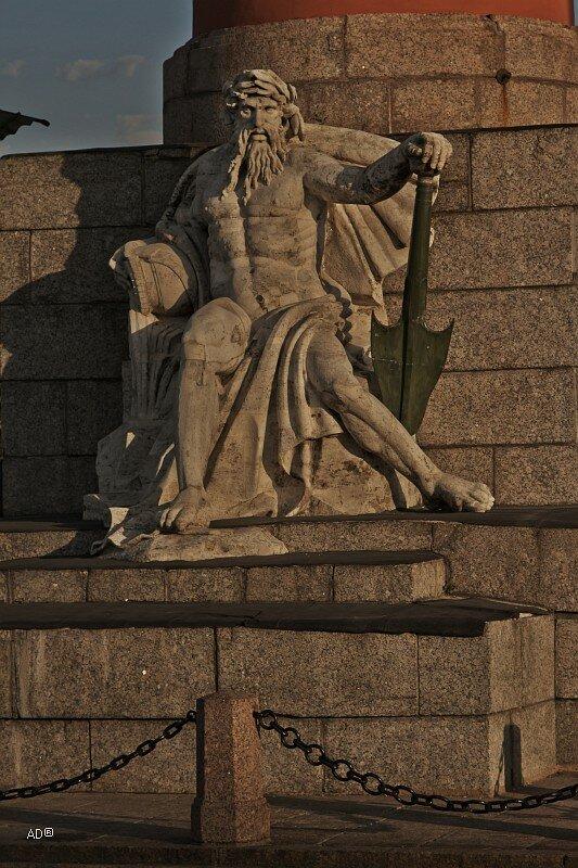 Статуя, олицетворяющая реку Днепр, у подножья северной Ростральной колонны на стрелке Васильевского острова в Санкт-Петербурге