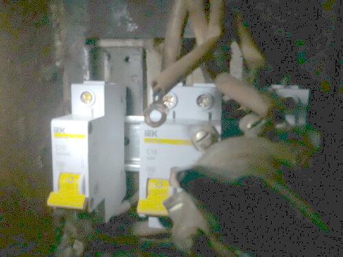 Фото 8. Присоединение проводов к общему автомату (номинал - 16 А). Петля учёта выпонена из провода ШВП 2х0,5, жилы которого скручены между собой для увеличения сечения до 1 кв. мм!!! К тонкопроволочному проводнику прилипла шайба контакта пакетника.