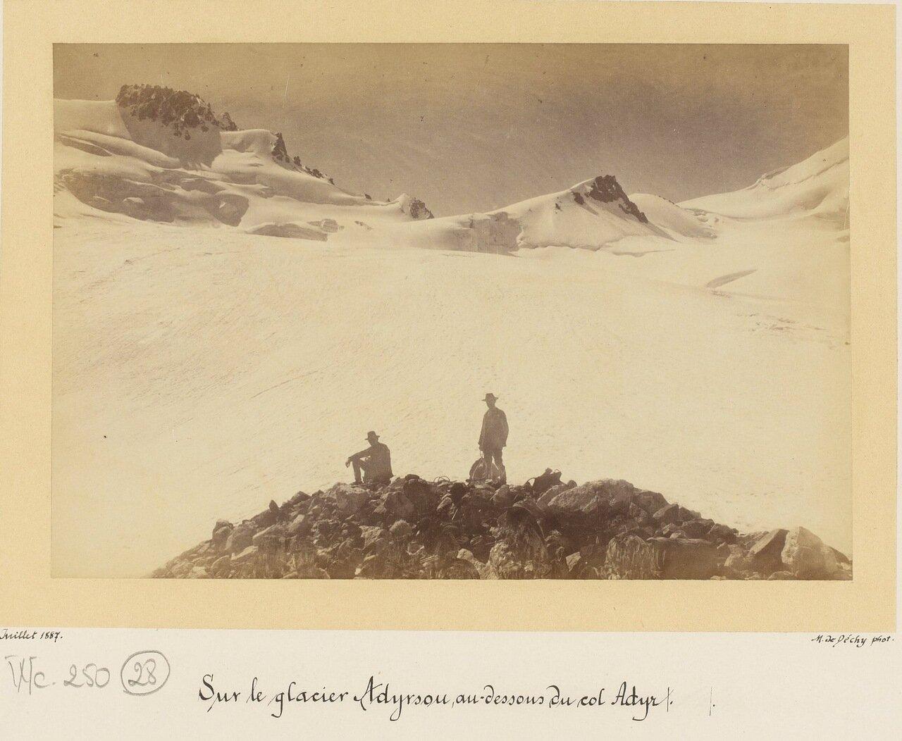 На леднике Адырсу ниже Адыра
