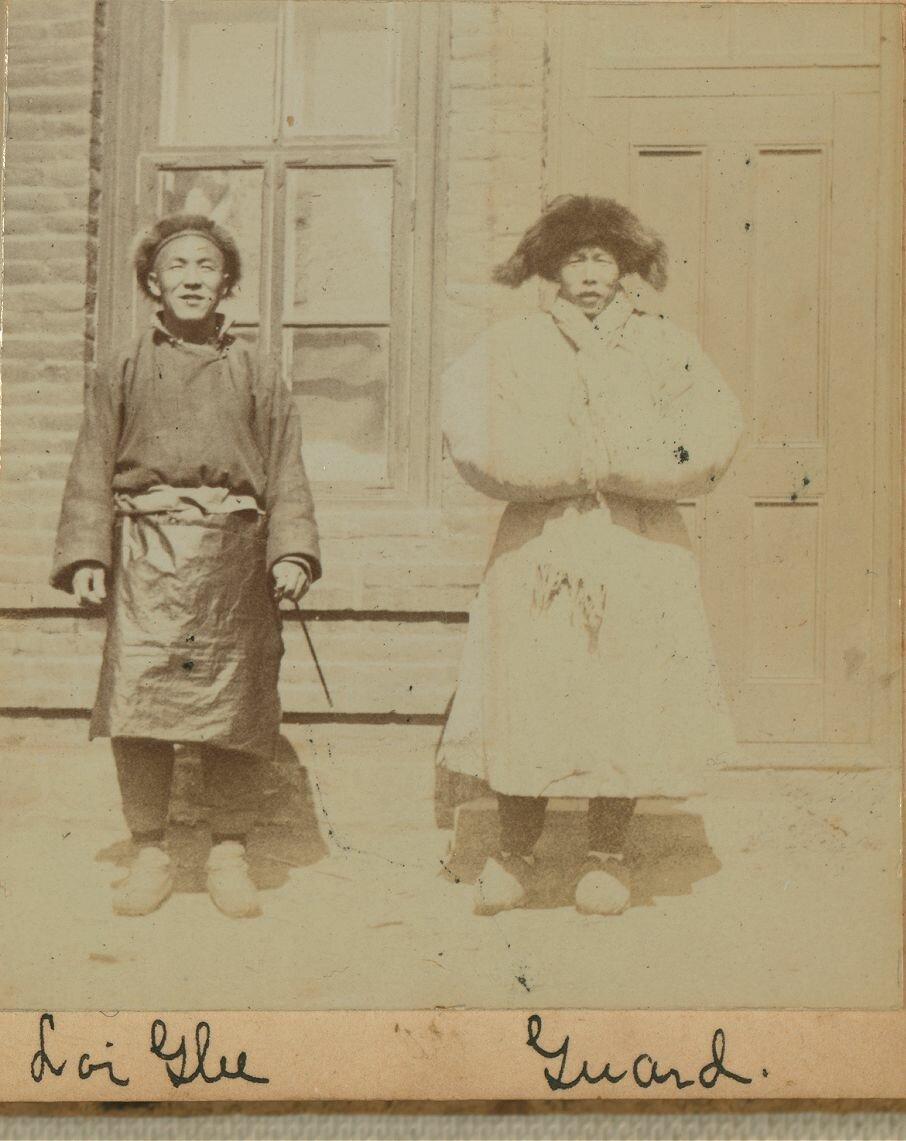 Портрет показывает повар Лой Гли (слева) и охранник Караулочка возле двери небольшого кирпичного дома, где они жили. 1899