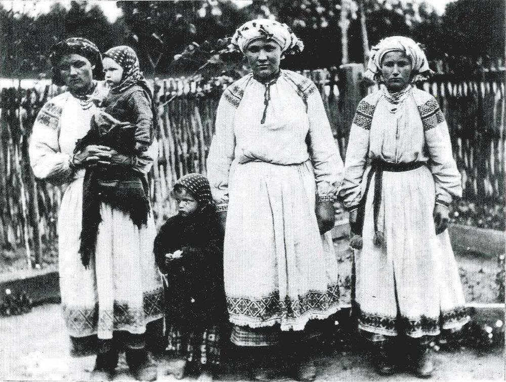 Замужние женщины в праздничных костюмах. Могилевская губ., Горецкий уезд, д. Малые Заходы. 1903