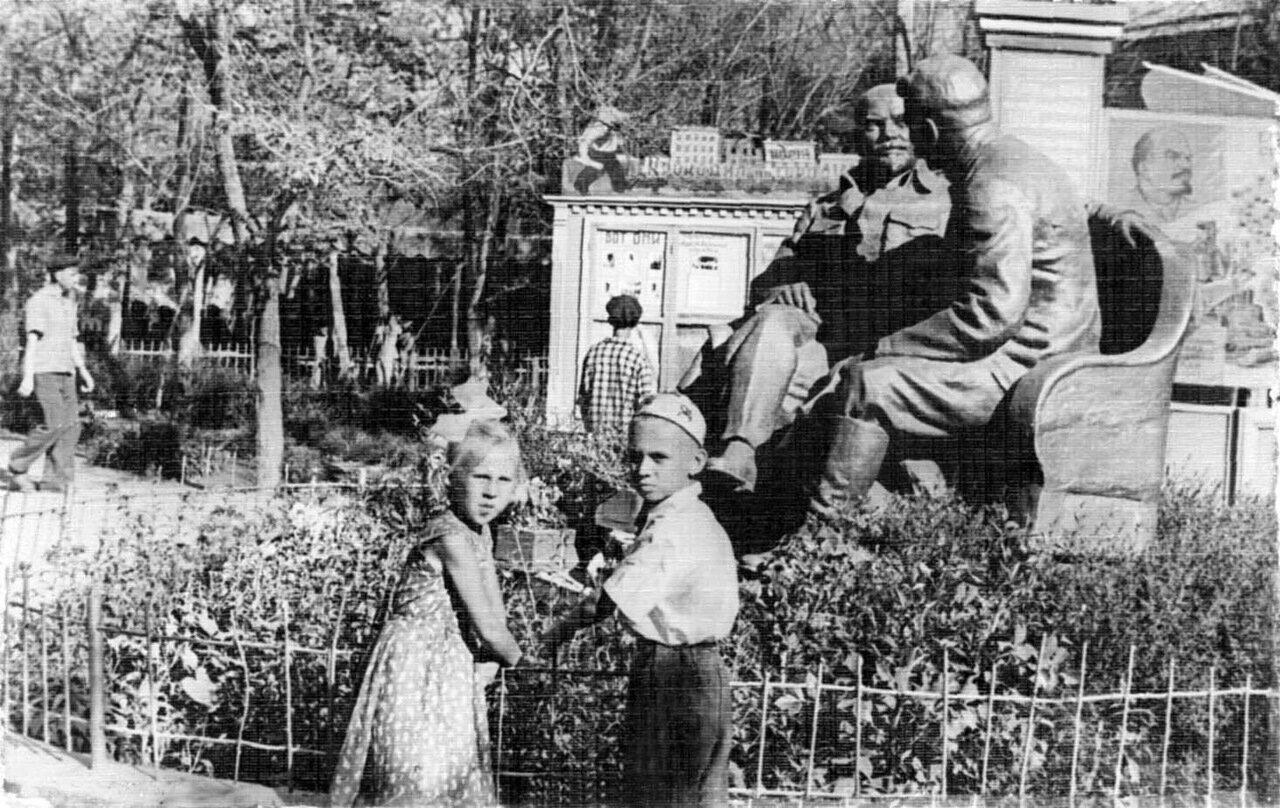 1950-е. Дети у памятника вождям