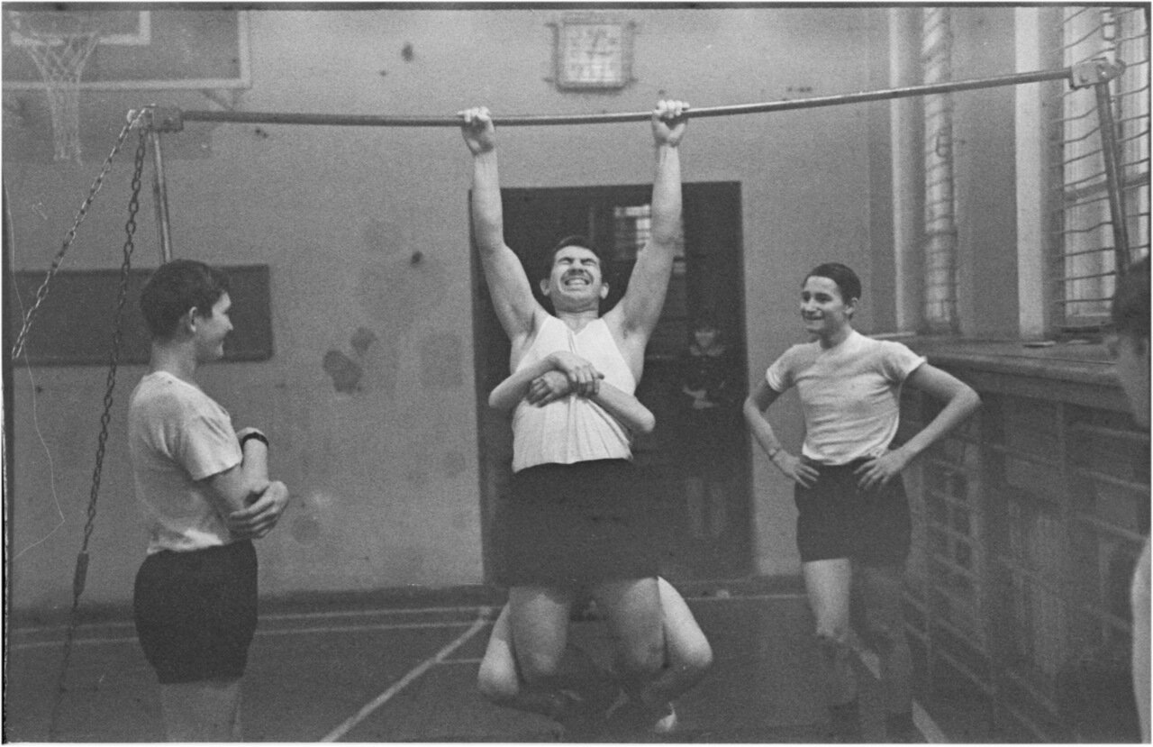 1969-70 класс 8 В. Физра.  Богомолов. Мануков. Черенков