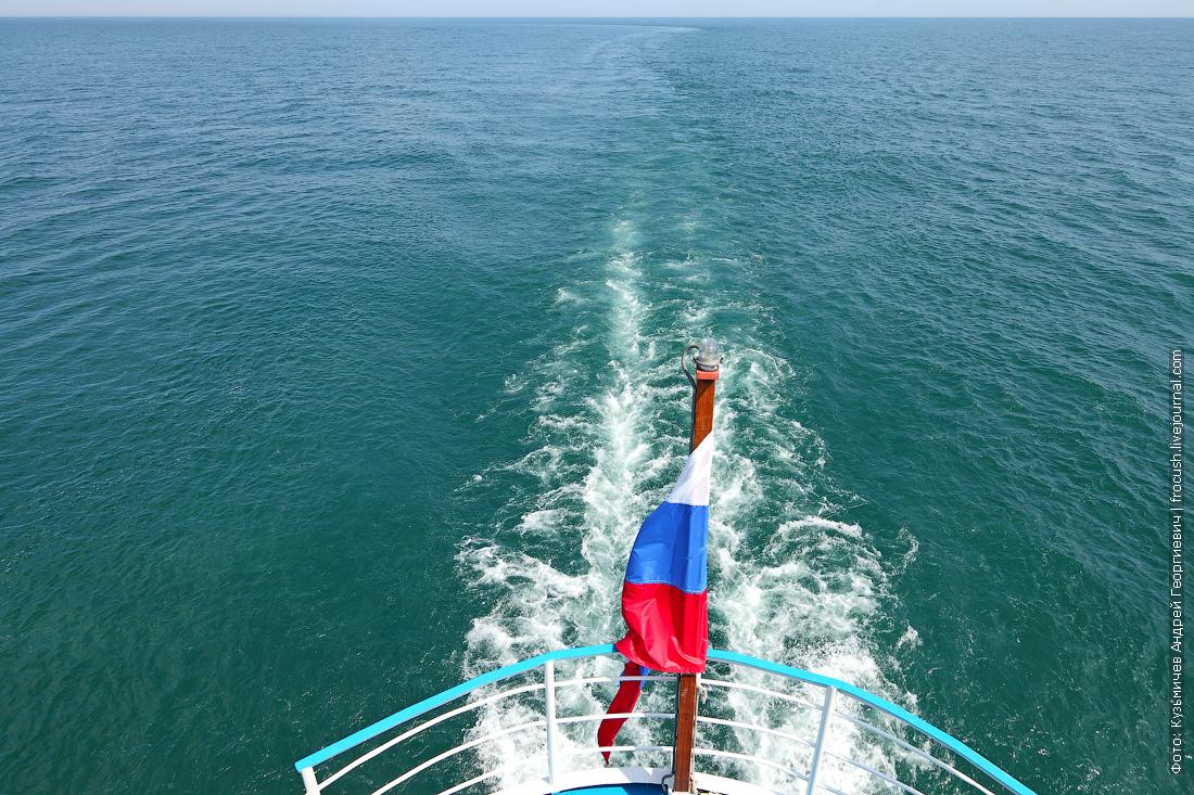 теплоход Русь Великая идет по Каспийскому морю