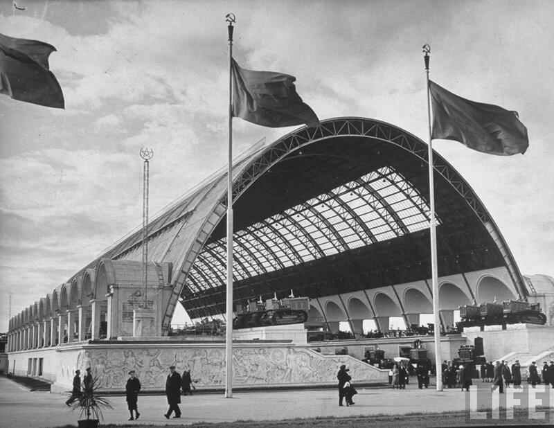 Павильон Механизация и электрификация сельского хозяйства СССР со стороны площади Механизации, 1939-1941 гг.