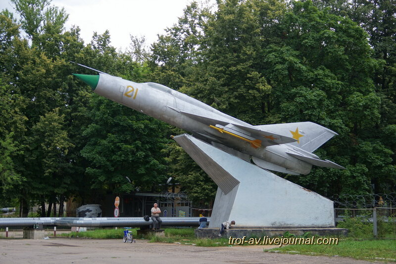 Истребитель МиГ-21 на постаменте, Новый городок