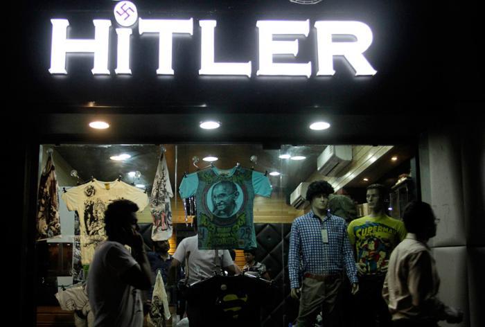 2dac747a66bb ... общины и правительства Израиля. Магазин мужской одежды западных брендов  открылся в августе 2012 года, причём на вывеске точку над «i» заменяла  свастика.