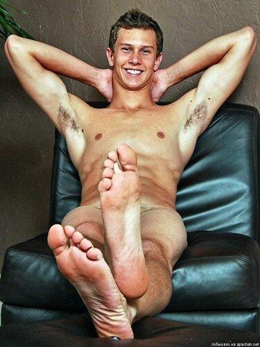 голый парень показывает ступни