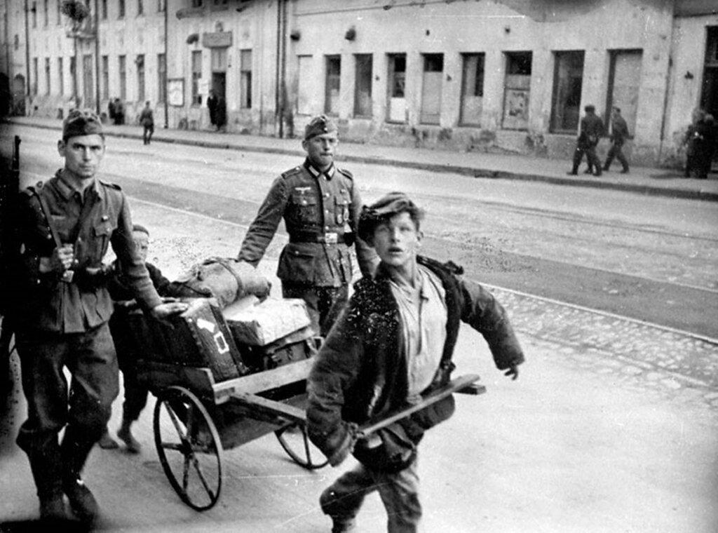 Русские дети на самодельных тачках везут багаж немецких солдат-отпускников на вокзал. Май 1943 г. Орел.