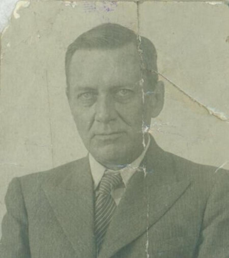 В 1935 году он защитил кандидатскую диссертацию о языческих верованиях на Новой Гвинее, участвовал в