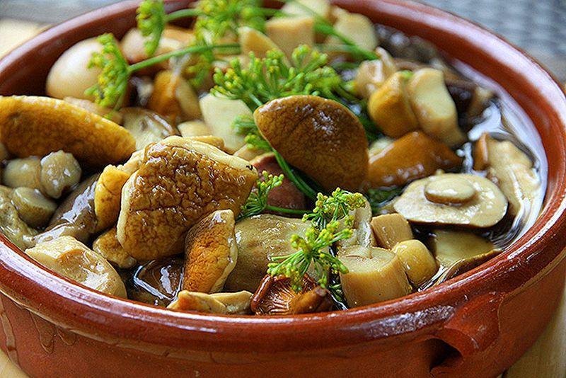 Маринованное всё   Маринованные грибы, соленые помидоры, квашеная капуста. Взрослые закусывают