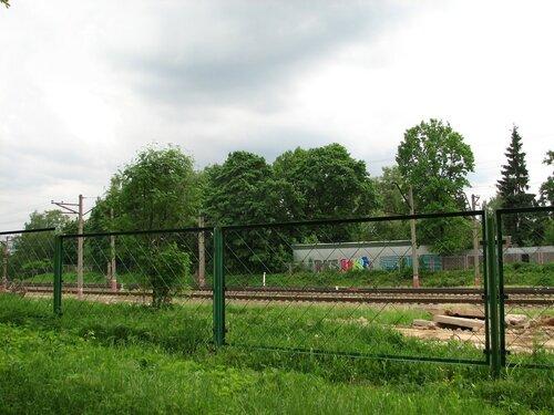 У железной дороги