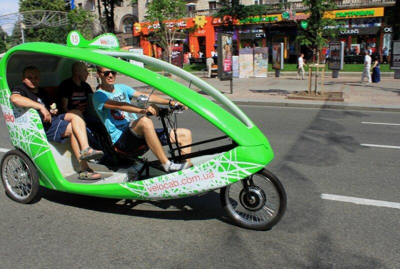 Велорикша с пассажирами на Крещатике