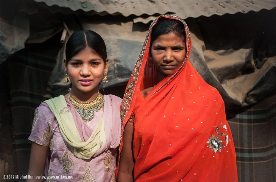 две девочки, живущие в одной из трущоб Дели - путешествие по Индии / India by Michal Huniewicz