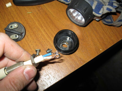Фото 18. Установка дополнительной гайки, предотвращающей передавливание проводов металлической трубкой. Виден результат лужения концевых петелек проводов подвеса.