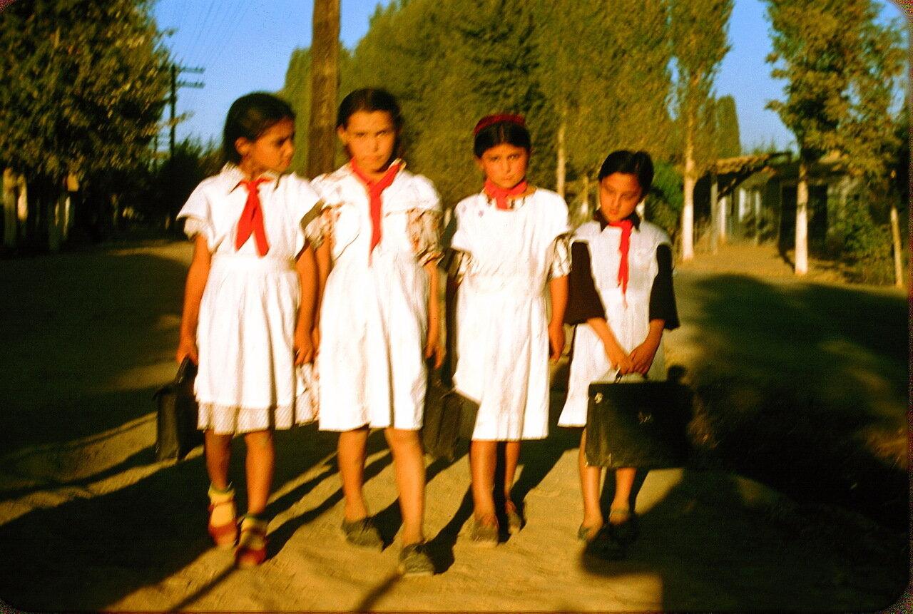 Школьницы-туркменки под Ташкентом