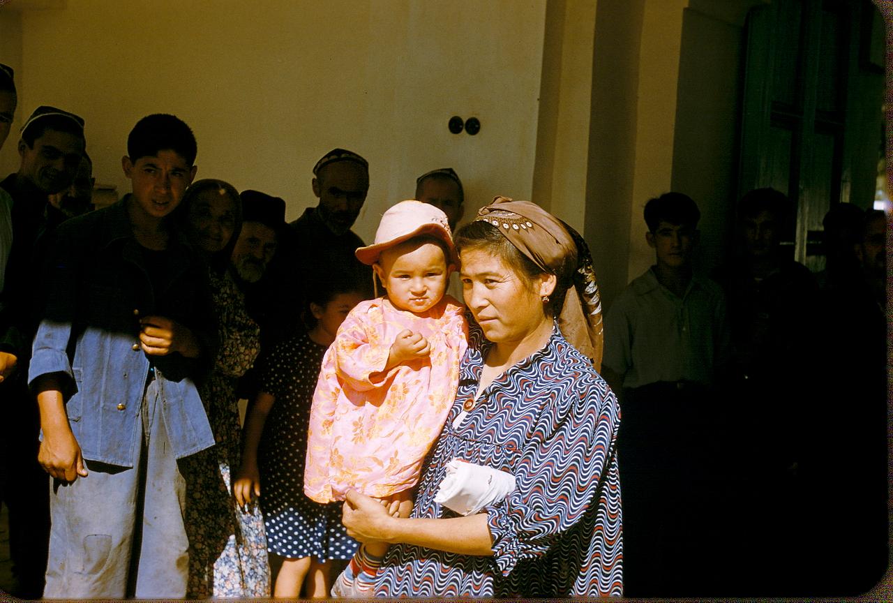 Женщина с ребенком перед мечетью