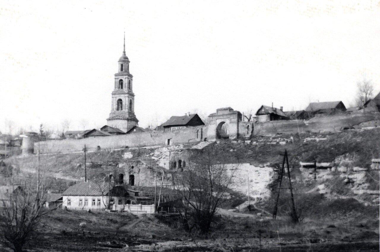 Колокольня и стена Женского монастыря