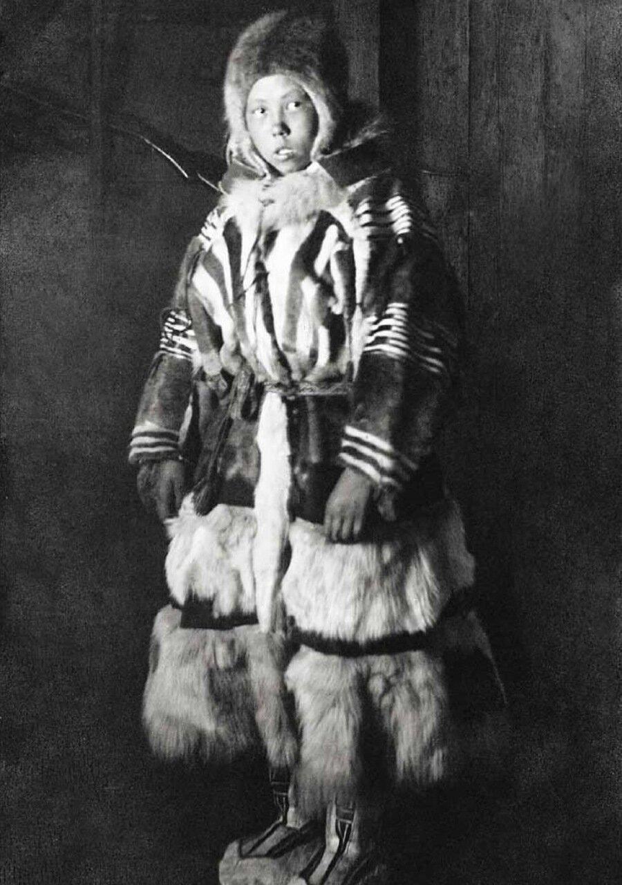 Портрет самоедской девочки с Новой Земли - один из фотографических опытов И.Вылки,1914 г.