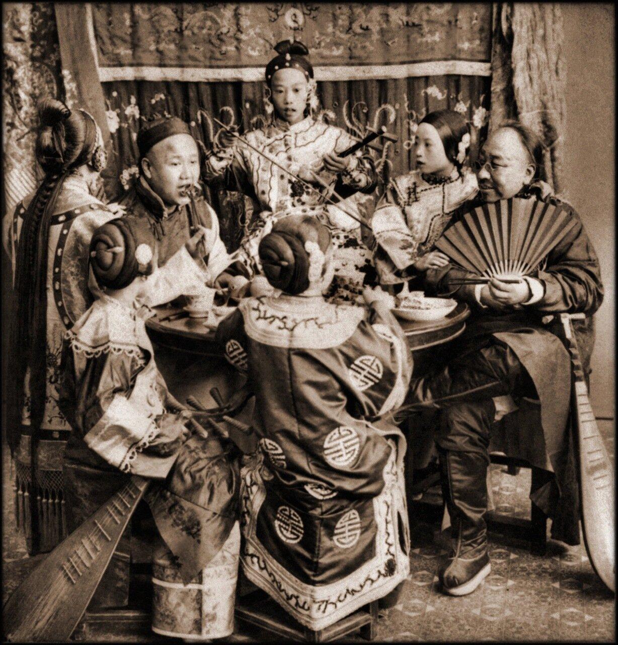 1901. Богатые торговцы за обедом под сопровождение поющих девушек, Пекин