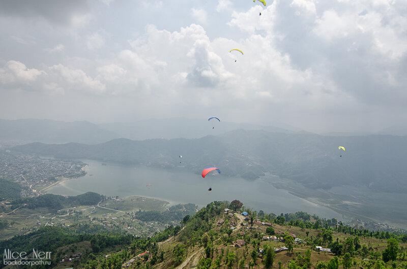 полет на параплане в похраре над сарангкотом и озером фева