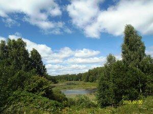 Напротив улицы Озёрная Рябчинское озеро уже превратилось в реку, пробирающуюся среди камышей. Но вид всё равно красивый!
