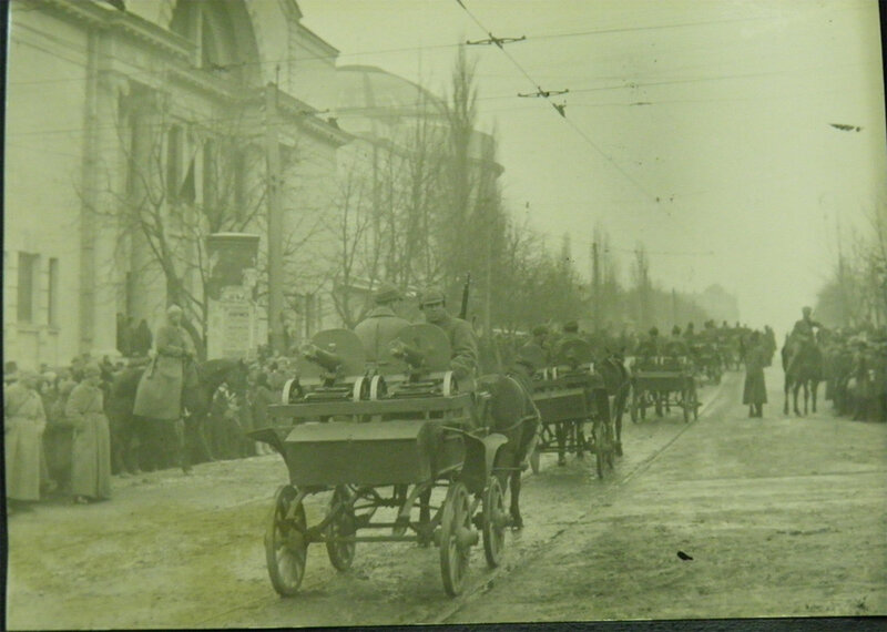 Тачанки с двумя пулемётами Максима проезжают парадом по Владимирской улице, 1930 год.