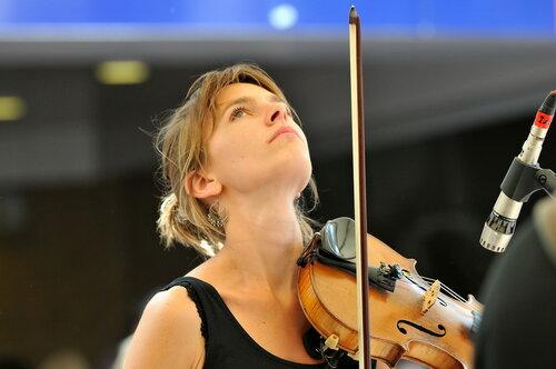 Ты великолепно, самозабвенно играешь на скрипке! Должно быть ты первая скрипка в оркестре!