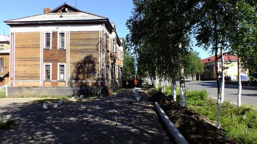 Фото города Инта №4998  Кирова 34 и 25 (рабочие выкладывают бордюрные камни) 08.07.2013_14:43