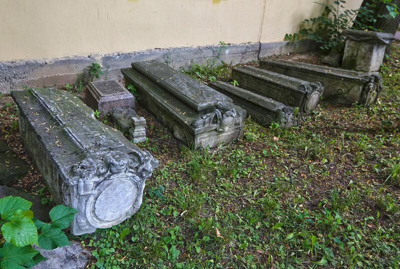 Надгробия позади Владимирской церкви в Виноградово