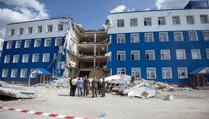 Разбор завалов от обрушения части казармы в посёлке Светлый