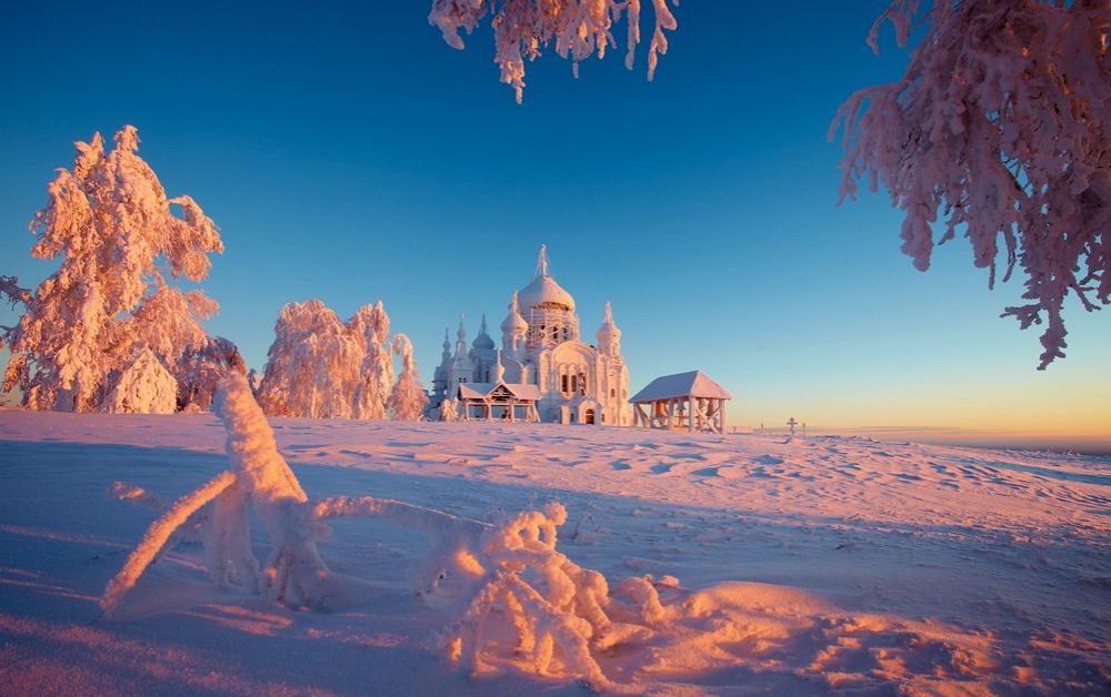 © Vadim Balakin Белогорский монастырь, Пермская область. Небо становится ослепительно синим