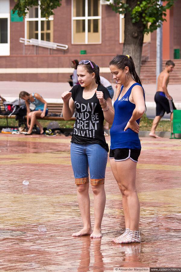 Девушки в мокрой одежде озноб