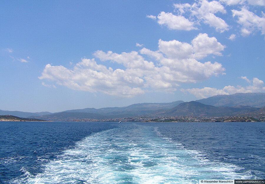 Плывём на сстров Спиналонга, позади Агиос Николаос
