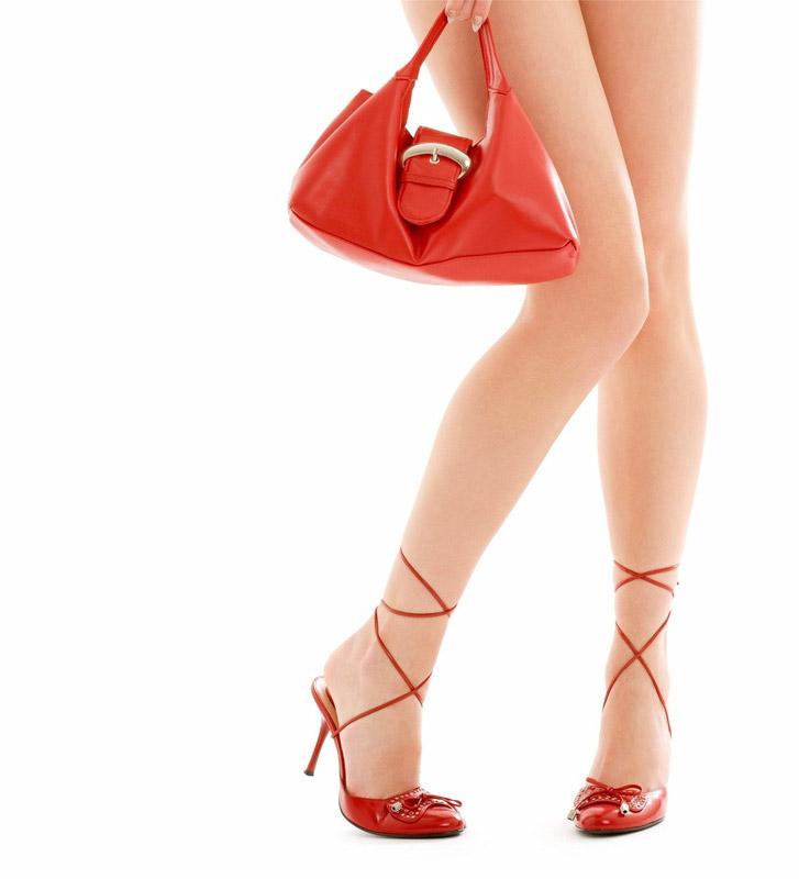 сексуальная девушка в красных туфлях и с красной сумочкой