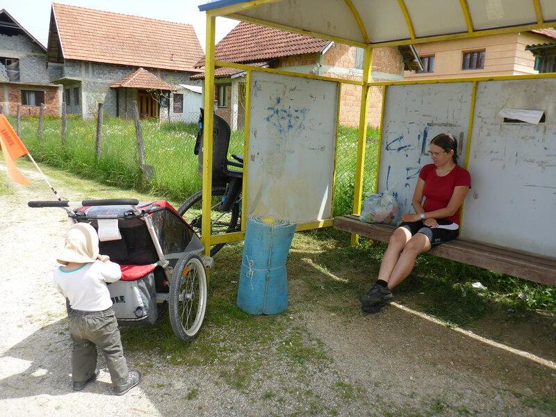 жара в мае в сербии отдых в тени на остановке