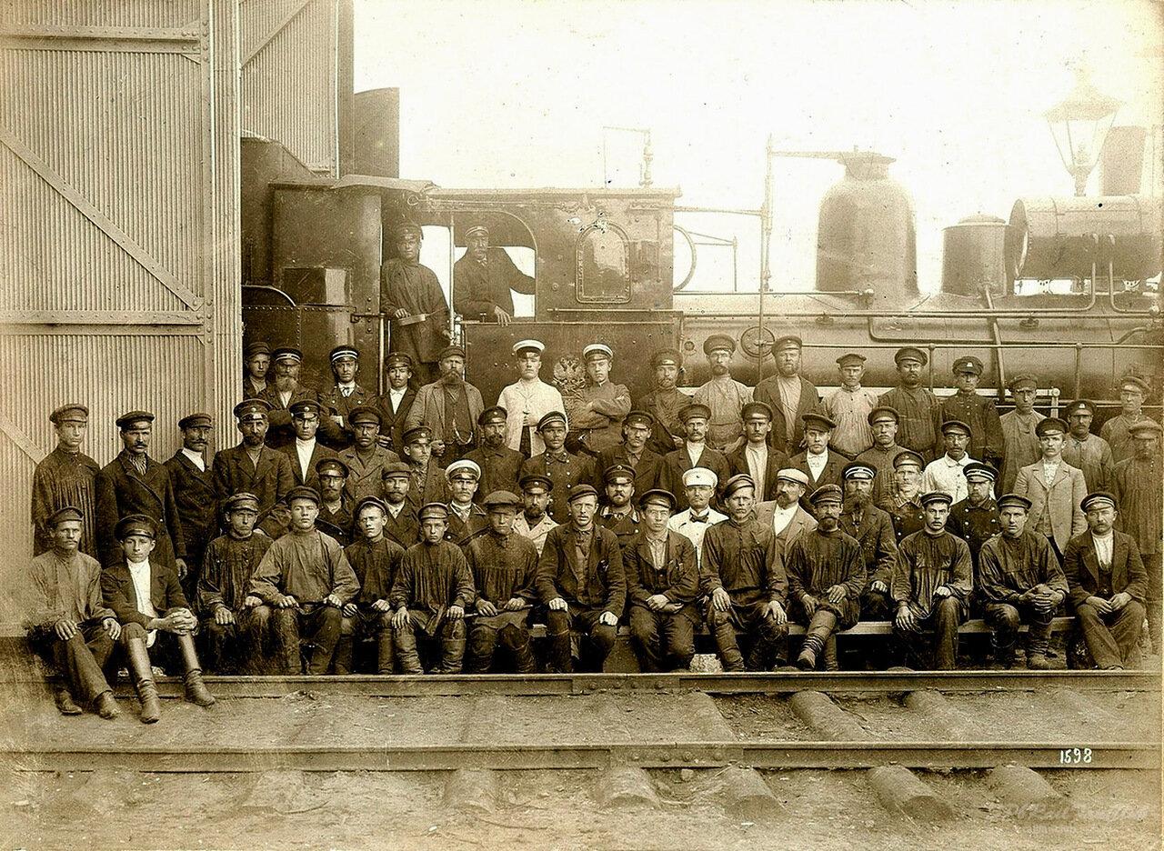 Рабочие и служащие депо станции Златоуст. 1903 г.