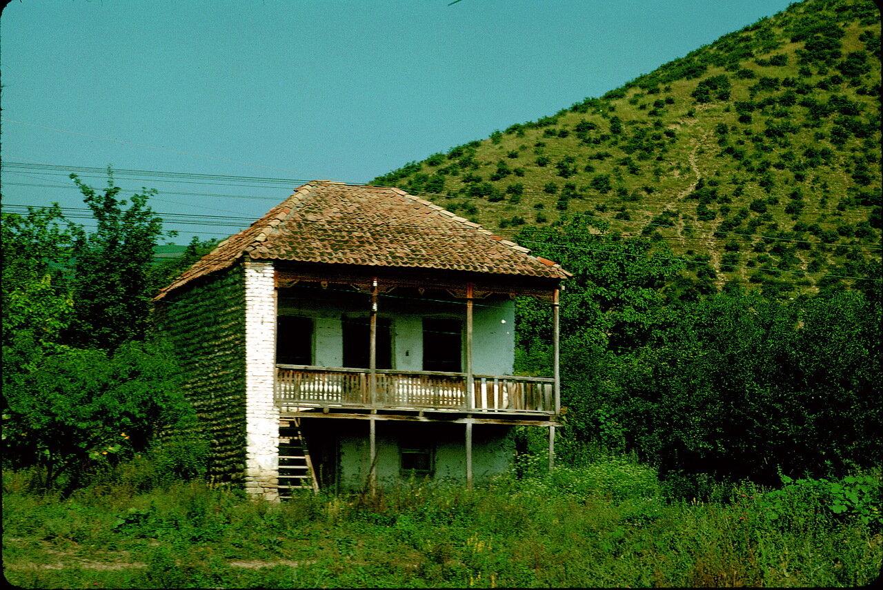 По дороге в Орджоникидзе. Кавказский дом в долине Арагви