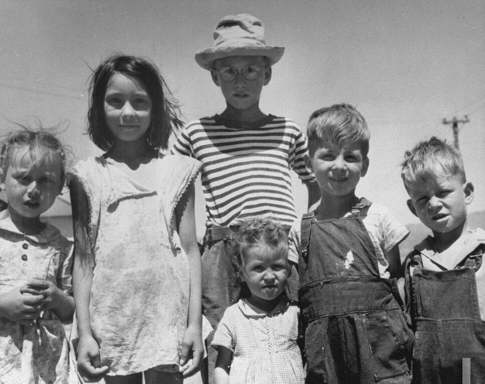 Дети шахтеров в изодранной одежде, 1946