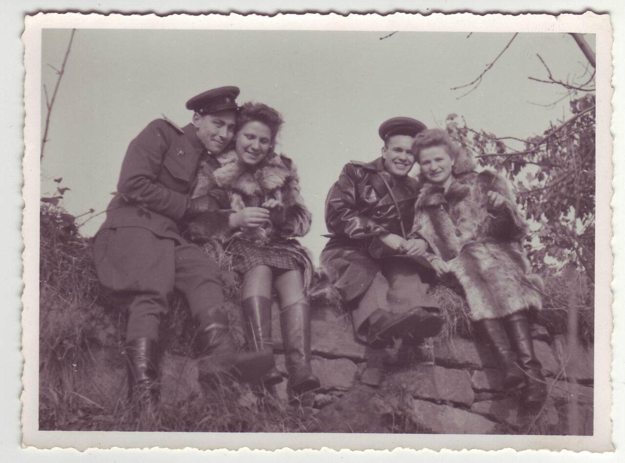 Два армейских офицера с женами, Германия