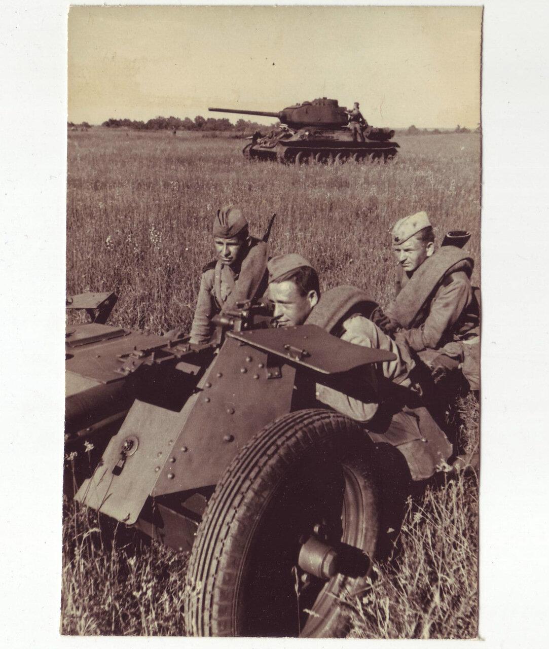 Артиллерия и танк Т-34 в бою