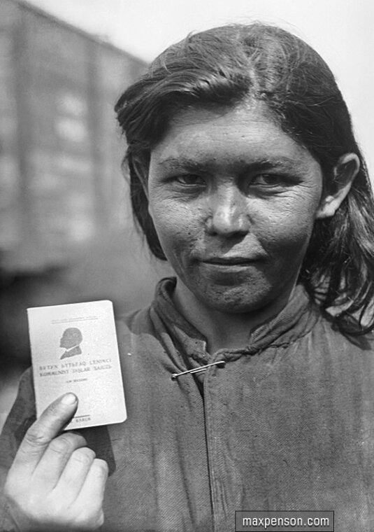 Девушка с комсомольским билетом