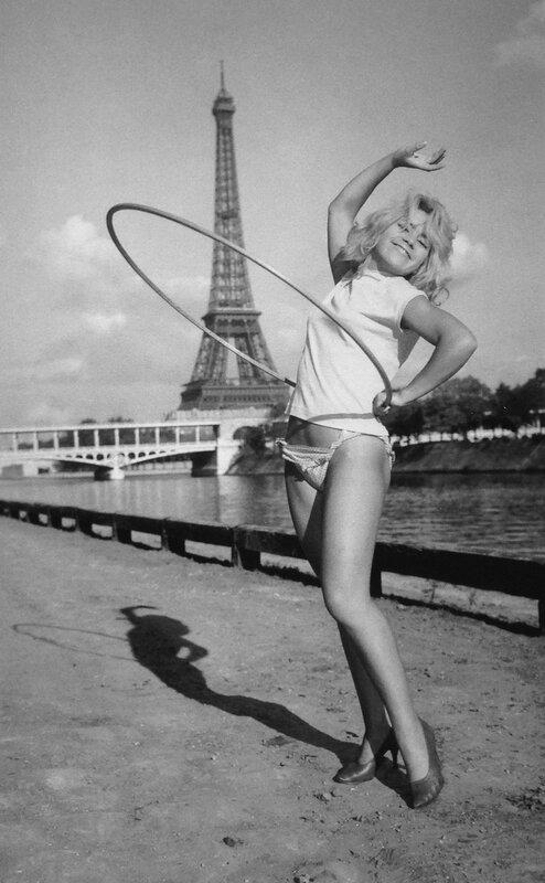 Démonstration de Hula-Hoop, Paris, 1958
