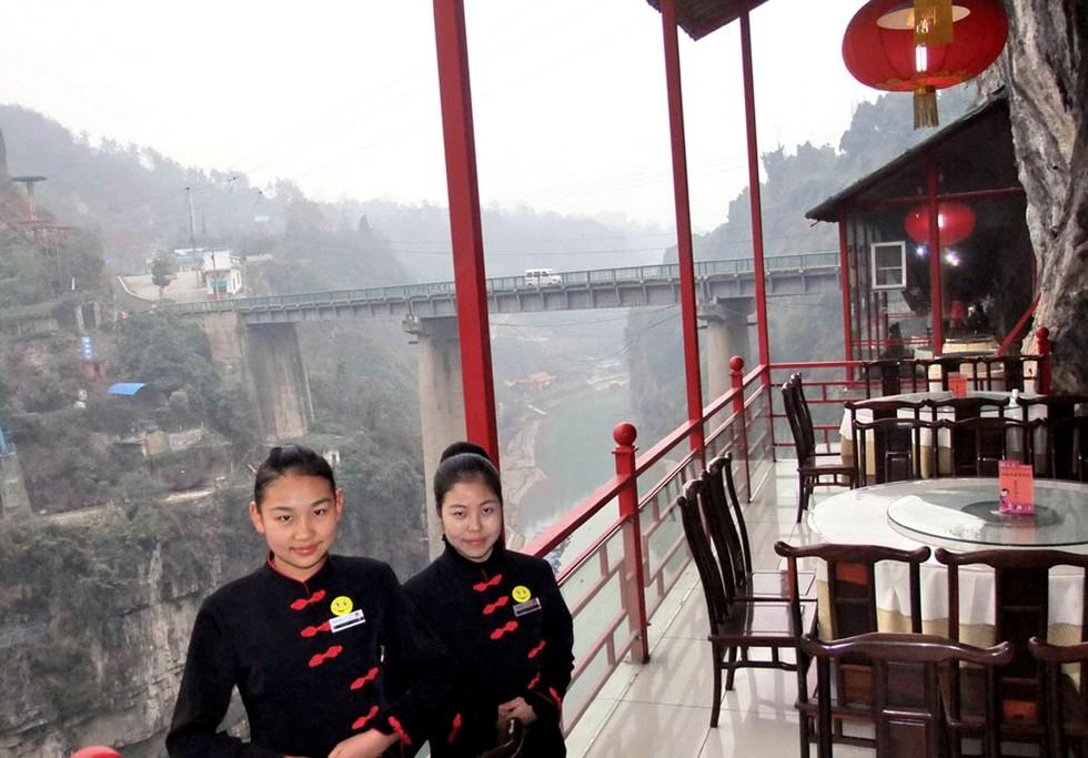 Висячий ресторан Fangweng: чаепитие над пропастью